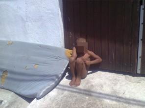 Criança faz xixi na cama e é humilhada pelo pai.